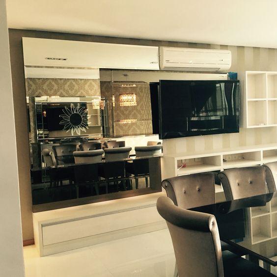 Mobiliário para TV espelhado.