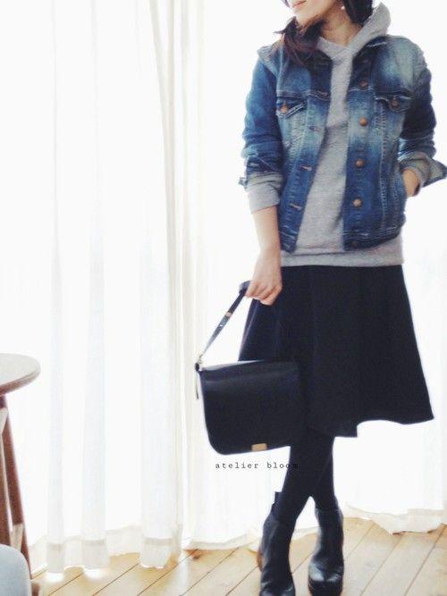 バッグ、サイドゴアブーツ・・・ 小物を黒でまとめて・・・ シンプルに。