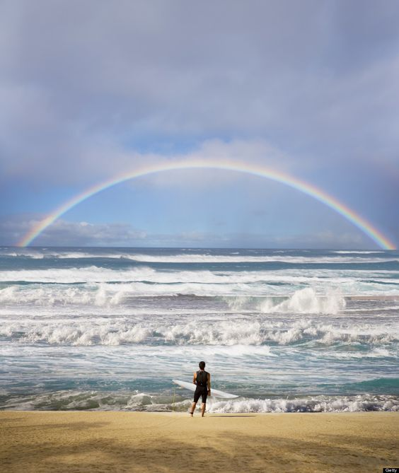 虹とサーファー