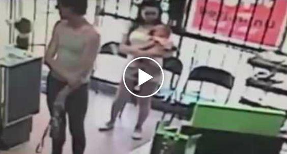 Homem Tentar Raptar Criança De 4 Anos Que Estava Perto Da Mãe No Interior De Loja http://www.desconcertante.com/homem-raptar-crianca-de-4-anos-que-mae-no-interior-de-loja/