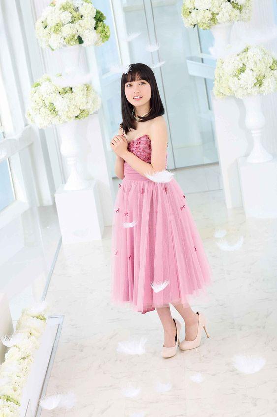 ピンクのドレスを着た橋本環奈
