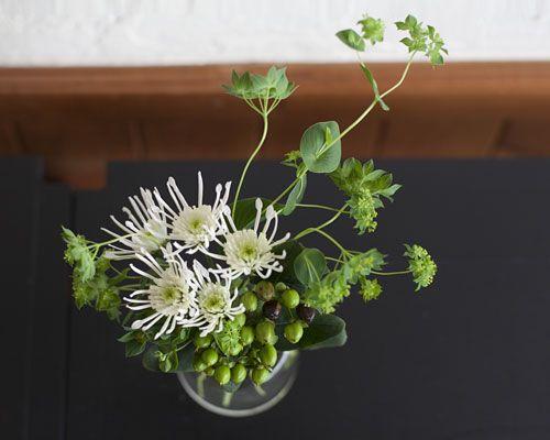 グリーンだけっていうのも綺麗。 ヒペリカムという実と白い菊。
