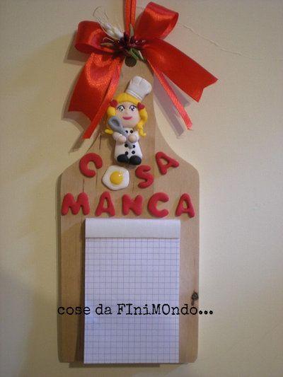 Tagliere di legno con decorazioni in fimo, promemoria per cucina