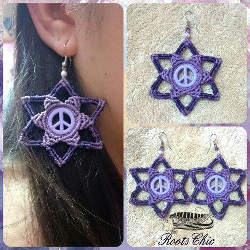 #brinco de #macrame #estrela de #Davi com #símbolo da #paz #lilás e #roxo. Tamanho: 8 cm #earringsmacrame #earings #peacesymbol #simbolodapaz #artehippie #arte #macrameando #davistar