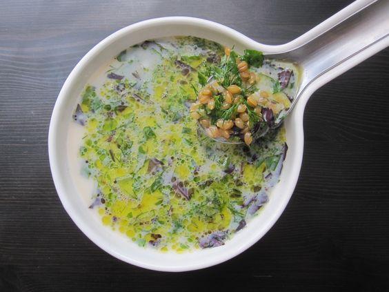Une soupe froide pour des chaleurs écrasantes {céréales, herbes fraîches et lait battu}