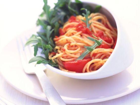 Pasta mit Rucola und Tomaten ist ein Rezept mit frischen Zutaten aus der Kategorie Mahlzeit. Probieren Sie dieses und weitere Rezepte von EAT SMARTER!