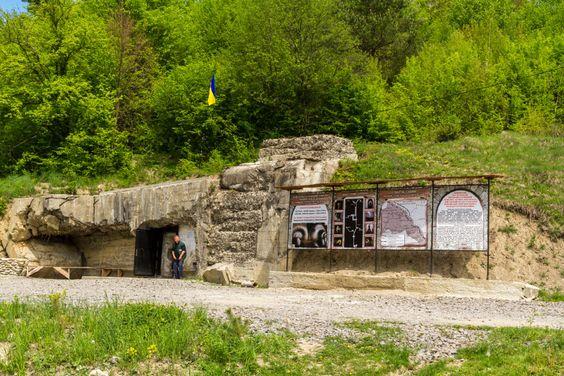Bunkerek+Kárpátalján A+Kárpátaljára+látogató+turisták+a+régmúlt+erődítése,+várai+mellet+a+II.+világháború+magyar+erődrendszerének+maradványait+is+megtekinthetik.+A+történelem+szerelmesei,+illetve+a+magyar+háborús+múlt+iránt+érdeklődő+kalandvágyók+ezen+erődök+mélyére+is+lemerészkedhetnek. A+magyar…