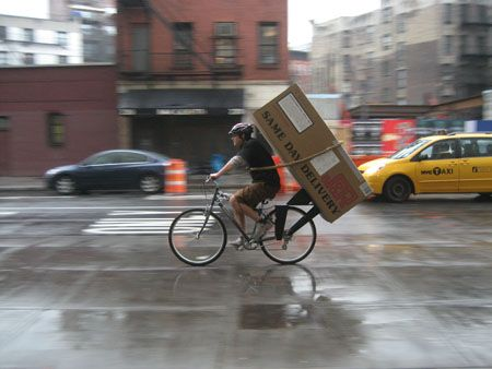 Amazon quiere usar mensajeros ciclistas para realizar envíos en una hora http://www.audienciaelectronica.net/2014/12/09/amazon-quiere-usar-mensajeros-ciclistas-para-realizar-envios-en-una-hora/