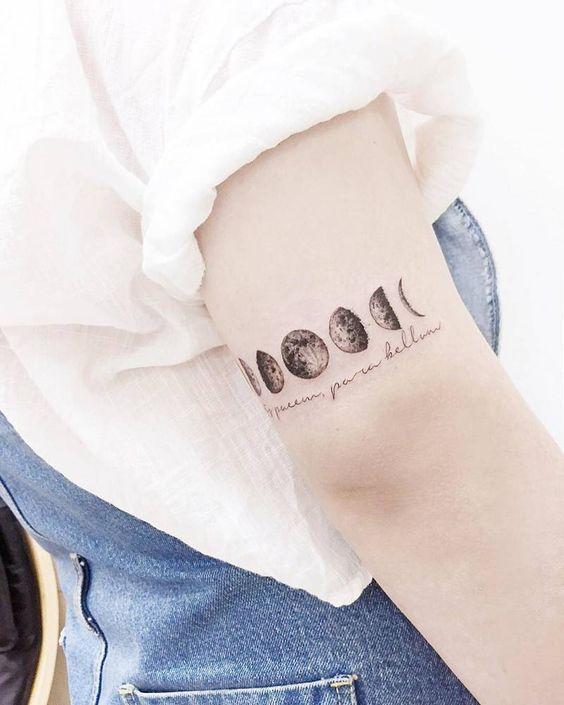 """Me encantaaaa_-- Tatuaje de las fases lunares junto con la frase en latín """"Si vis pacem, para bellum"""", que se traduce a """"Si quieres paz, prepárate para la guerra"""", situado en el tríceps derecho. Artista tatuador: Banul"""