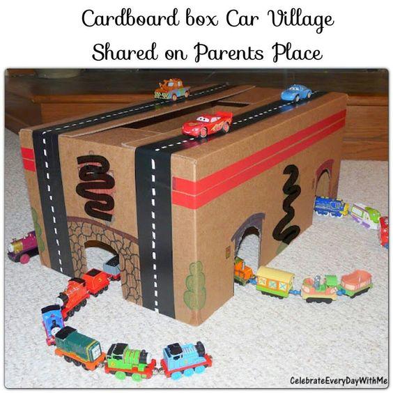 une boite en carton un garage fait maison pour les petites voitures id es jouets pinterest. Black Bedroom Furniture Sets. Home Design Ideas