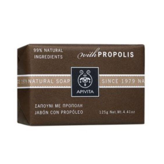 99% φυσικά συστατικά    Ένα μαύρο σαπούνι με πρόπολη και θυμάρι ήταν το πρώτο προϊόν που λάνσαρε η APIVITA το 1979 Το φυσικό σαπούνι με πρόπολη καθαρίζει σε βάθος τους πόρους της επιδερμίδας και ρυθμίζει τη λιπαρότητα χάρη στην πρ...