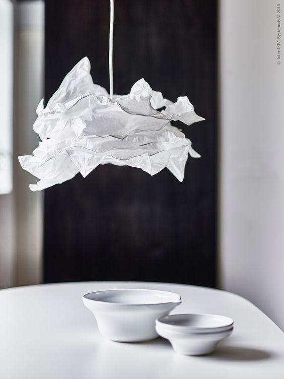Belysning Matbord : Lampskärmen krusning sprider ett mjukt ljus ovanför matbordet och