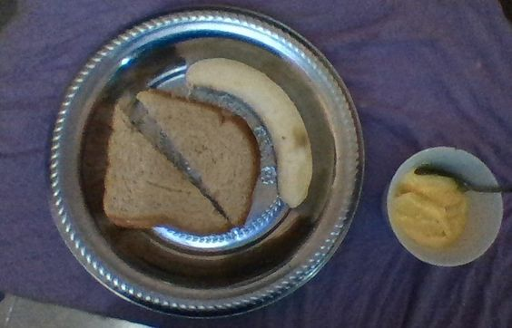 otro desayuno con energias!sandwish de pan integral y jamon de pavo, una banana y 2 cucharadas de yogurt griego sabor mango!