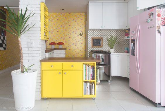 Mix de estampas em uma cozinha 100% integrada. Veja o apê completo em www.historiasdecasa.com.br #todacasatemumahistoria #kitchen #cozinhas