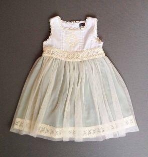 Vestido ceremonia con puntillas, seda verde y tela de gasa blanca por encima. Tizzas. 18 meses/2 años