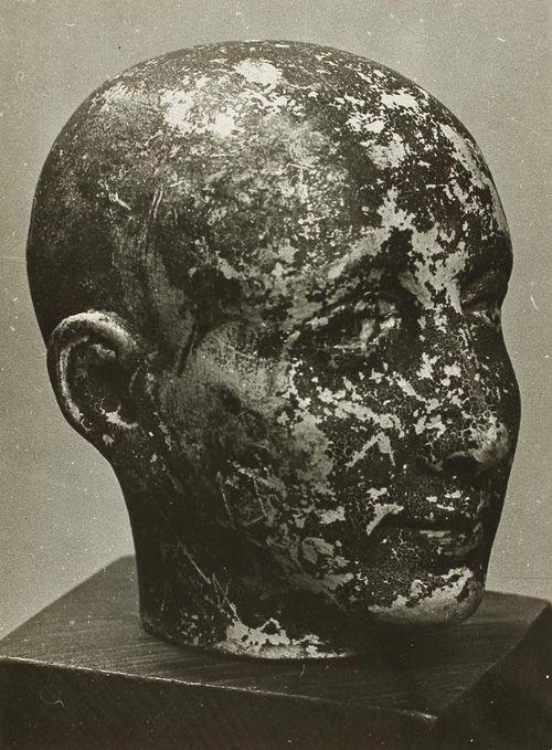 Man Ray: Cabeza perdida, encontrada debajo de una cama, objeto perdido, sólo queda la fotografía, 1948
