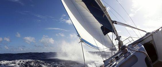 A vitorlázást át- meg áthatják a fizika törvényei. Nemcsak a profi versenycsapatoknak, hanem a túrázás szintjén is érdemes tisztában lennünk azzal, hogy milyen erők hatnak hajónkra. Ezek ismeretében sikerrel javíthatunk vitorlázásunk hatékonyságán, aminek számtalan előnyét élvezhetjük.A hajóra h...