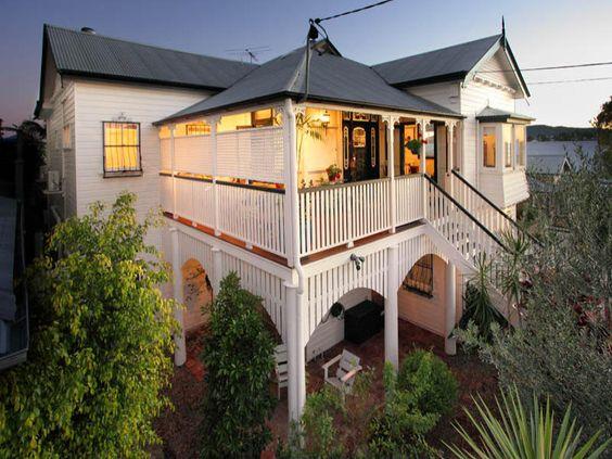 Weatherboard queenslander house exterior with balustrades for Queenslander home designs australia