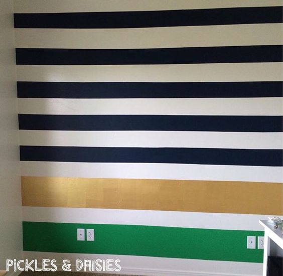 Stripe wall in the toy room! Details on how to get sharp lines on picklesanddaisies.com