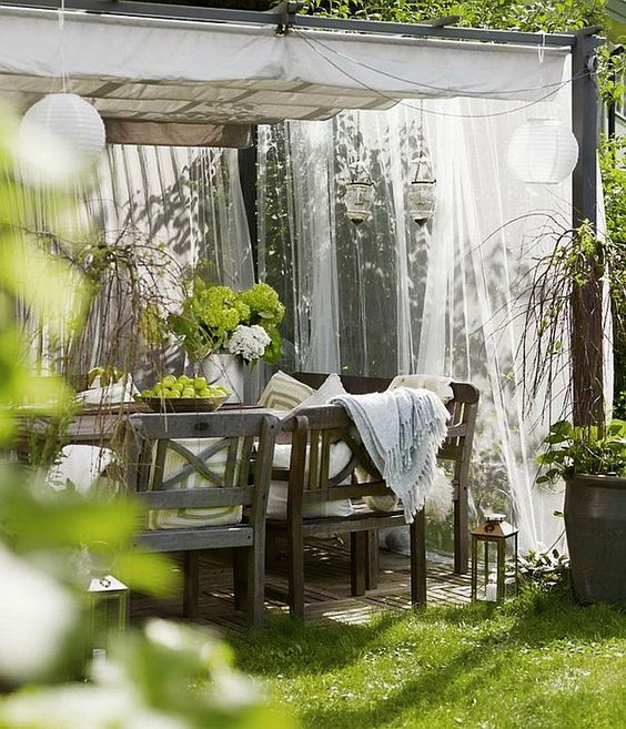 this is gorgeous... I have said many times I want curtains outside, maybe this year I actually will?: