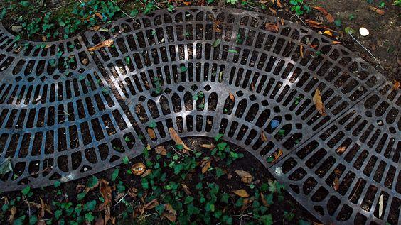 Créteil Parc Dupeyroux Pour marquer le chemin, grille au sol