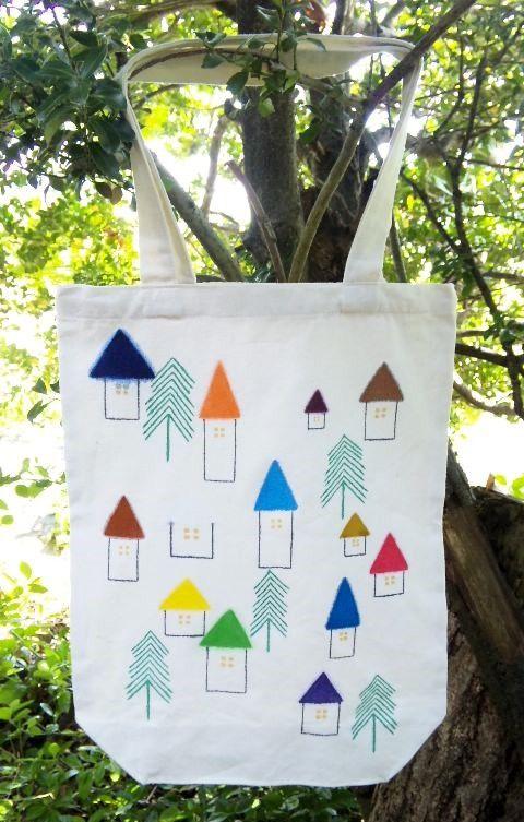 ■カラフルな屋根のお家と木が生えた、とある村を描いたバッグです。■布用の絵具を使用しているのでお洗濯できます。■サイズは約40×28×...|ハンドメイド、手作り、手仕事品の通販・販売・購入ならCreema。