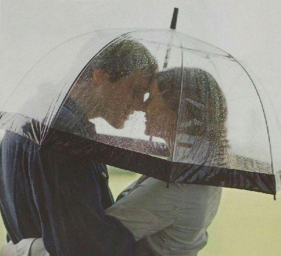 Durchsichtiger Regenschirm mann und frau romantisch