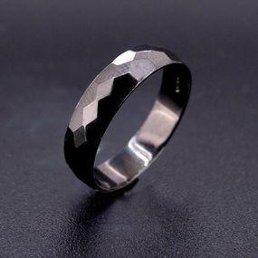 Anello diamantato con rodio nero.  Disponibile in oro e in argento.
