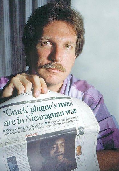 Gary Webb est surtout connu pour sa série d'articles nommés Dark Alliance, publiés à partir d'août 1996 dans le San Jose Mercury News , il y décrit les résultats de son enquête sur le financement des contras au Nicaragua par des narcotrafiquants (Ricky Donnell Ross, Oscar Danilo Blandón (en)), couverts par la CIA : l'agence américaine favorisant sciemment la distribution du crack dans les banlieues noires de Los Angeles .Décedé en 2004, deux balles dans la tete...