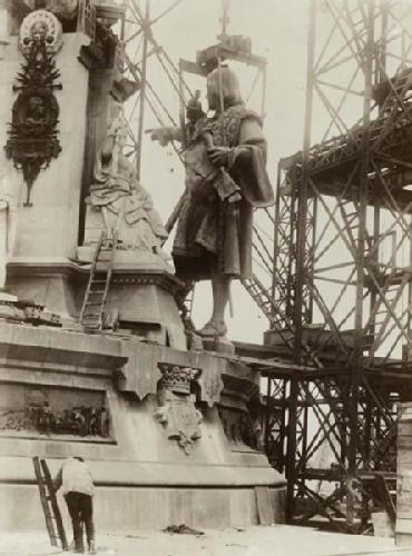 Barcelona antigua. 1889 Subiendo o izando a...Colón. Sabías que Colón no apunta…