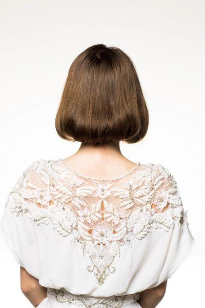 うなじがぎりぎり隠れるラインで内側に巻いて。後れ毛のない、きっちり感が完成度を高めるポイントに。ヘアが首もとでまとまる分、ドレスの背中のデザ...