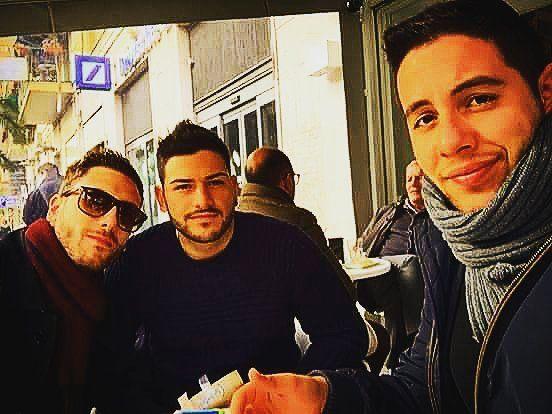 #aperitivo #ape #sabato #mattina #tre #amici #friends #schweppes #tassoni #noccioline #patatine #pizza #sunglasses #occhialidasole #selfie #iphone #giornate #che #ci #piacciono #weekend #napoli #fuorigrotta #italia #italy #boni #dicembre #prenatalizia by davidebastione