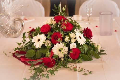 Fur Ein Gesteck Aus Roten Rosen Und Weissen Gerbera Hat Sich Stephanie Fur Den Brauttisch Ausgesucht Brau Tischgestecke Hochzeit Tischdeko Hochzeit Brauttisch