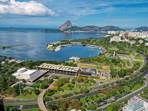 O belíssimo Parque do Flamengo com o MAM, a Marina da Glória, o Monumento dos Pracinhas, a Baía de Guanabara e, ao fundo, o Pão de Açúcar... Rio de Janeiro, Brasil.