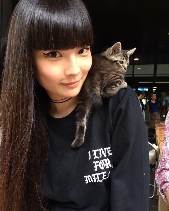 猫を肩に載せている秋元梢