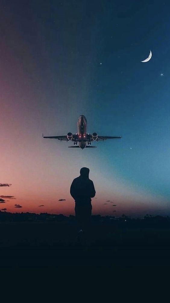 夜空を飛ぶ飛行機