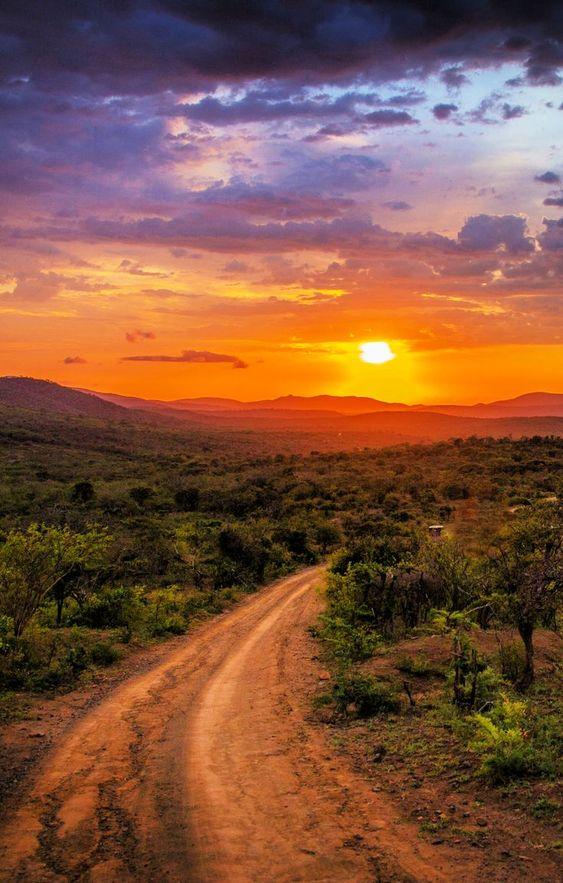 A beautiful sunset in Hluhluwe, South Africa. Coucher de soleil en Afrique du sud absolument magnifique