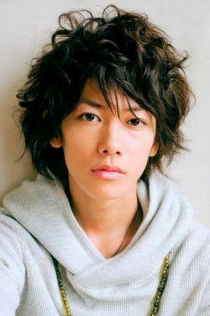 束感と艶髪スタイルの佐藤健の髪型