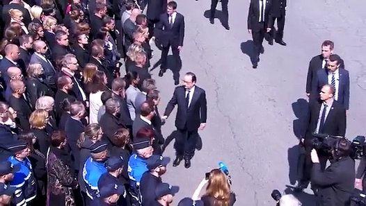 Un policier refuse de serrer la main de Hollande et Valls http://www.dailymotion.com/video/x4h43us_un-policier-refuse-de-serrer-la-main-de-hollande-et-valls_news