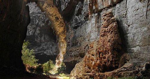 O Parque Nacional Cavernas do Peruaçu abriga mais de 140 cavernas mais de 80 sítios arqueológicos e pinturas rupestres além da tribo indígena dos Xakriabás. Fica próximo aos municípios de Januária e Itacarambi em Minas Gerais Brasil. Fotografia: José