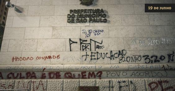 Imagem 67/140: 19.jun.2013 - A Prefeitura de São Paulo amanhece pichada e com portas de vidro destruídas após depredação por grupo de manife...
