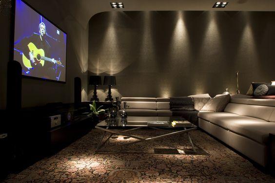 Home-theater : Sala multimídia moderna.   https://www.homify.com.br/livros_de_ideias/31002/7-salas-de-tv-incriveis-para-a-sua-casa