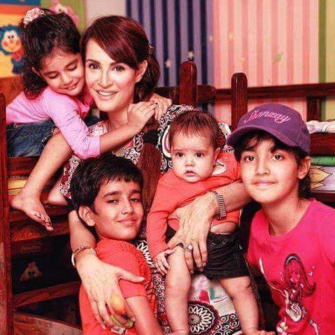 #samysays the gorgeous #nadiahussain with her kids #samysays #followme #instamood #instagood #instafollow #instaeffects #instalike #instafashion #instafamous #instafame #glamour #style #beautyblog #pakistanimedia #pakistanidress #pakistanifashion #pakistanibrands #pakistanimodels #pakistaniactors #pakistaniartists #pakistanibloggers #fashionista #fashion #shoot #fashionlovers