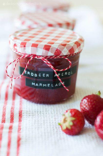 Erdbeer-Aperol-Marmelade 1,5 kg Erdbeeren Saft von 1 Zitrone 150 ml Aperol  500 g Gelierzucker (3:1) Erdbeeren waschen, in kleine Stücke schneiden.  Früchte, Zitronensaft, Aperol  Gelierzucker vermengen.  Unter ständigem 4 Minuten sprudelnd kochen.  Gelierprobe: Dafür 1 EL der Marmelade auf einen Teller geben, etwas abkühlen und schauen, ob sie fest wird. Falls nicht, noch etwas kochen lassen, aber auf keinen Fall länger als 8 Minuten. Marmelade in Gläser füllen. 5 Minuten auf den Kopf…