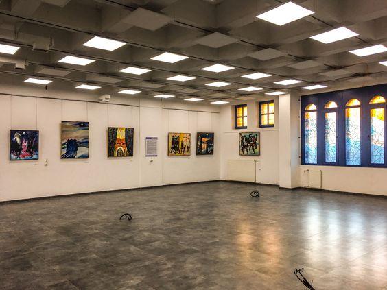 Огромный светлый зал синагоги с выставкой работ Израила Гершбурга. Фото Жени Шведы