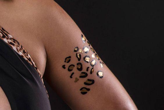 Temporäres Kussmund Tattoo in Gold kaufen: Klebbar ✓ Entfernbar ✓ Nicht-toxisch ✓ Im Angebot nur 5,90 € ▷ Jetzt bei POSH Tattoo bestellen!