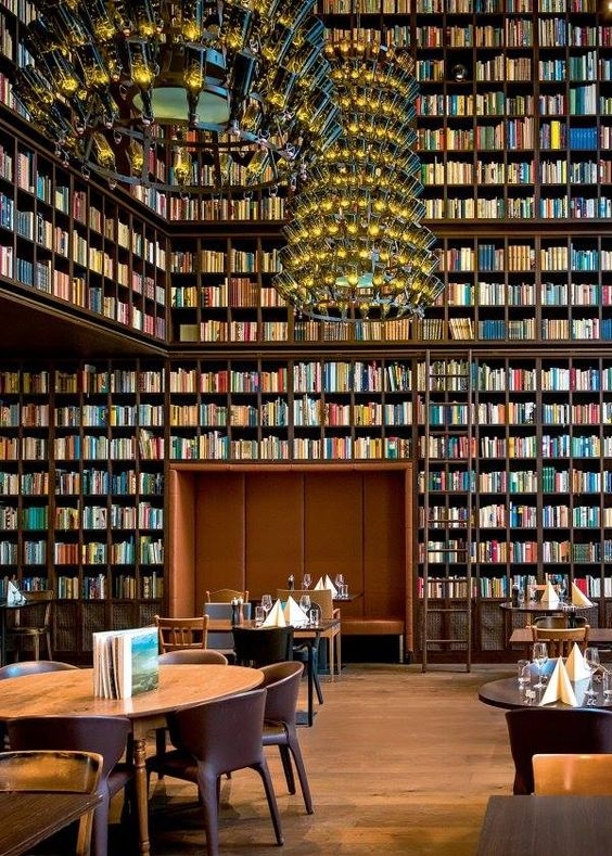 «La biblioteca del vino», ubicada dentro delHotel Boutique B2, en Zurich, es un restaurante que tiene 33.000 libros repartidos por toda el área, dando al restaurante un gran sentido de la historia, por no hablar de un aspecto único e interesante.