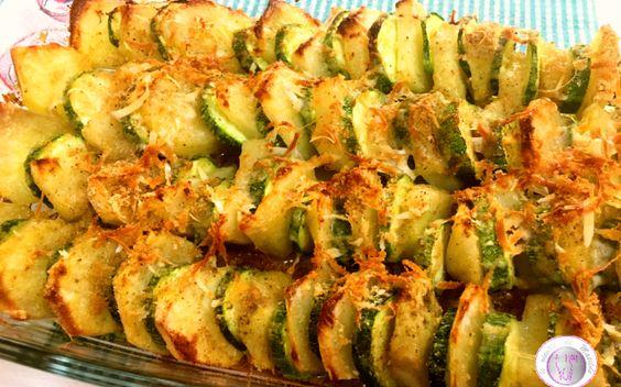 Zucchine e patate al forno con formaggi Che ne dite di una bella teglia di patate e zucchine al forno con formaggi? Un contorno semplice e veloce da preparare ma molto molto saporito. Vi basta alternare rondelle di zucchine con quelle di p #ricette #cucina #contorni