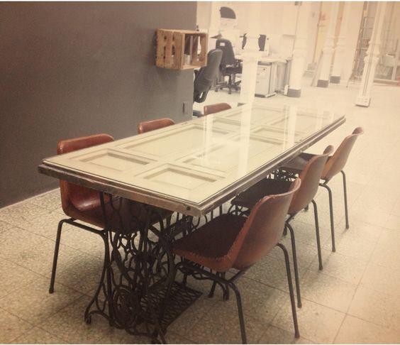 Mesa con puerta vieja y pies de m quinas de coser singer - Mesas con puertas antiguas ...