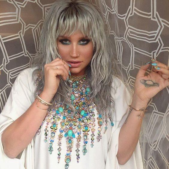 Irreconhecível: Kesha compartilha foto sem maquiagem